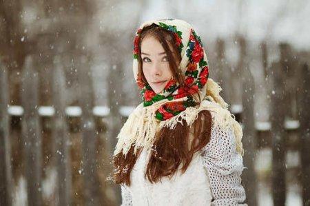 Платок в русском стиле становится модным атрибутом у модниц